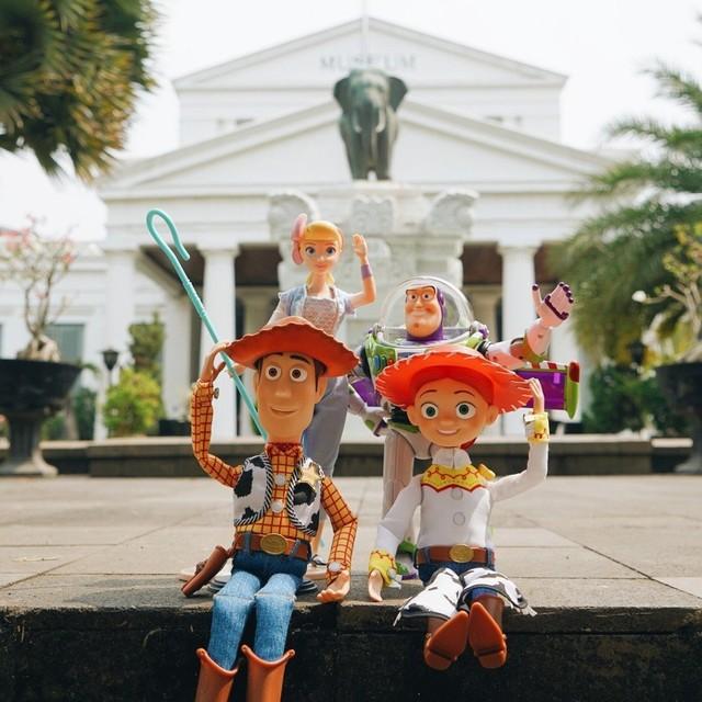 Woody, Buzz Lightyear, Bo Peep, dan Jessie berfoto di Museum Nasional Indonesia
