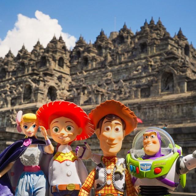 Woody, Buzz Lightyear, Bo Peep, dan Jessie berada di depan Candi Borobudur