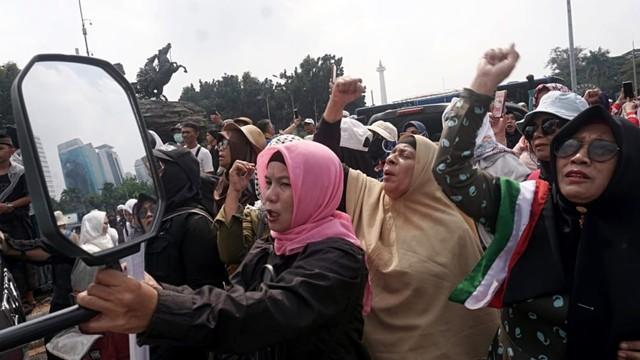Aksi selawatan di depan gedung MK