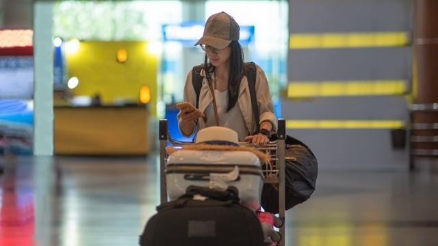 KONTEN SPESIAL, JASA TITIP,  Ilustrasi orang membawa barang dan koper banyak di Bandara