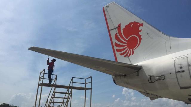 Teknisi sedang mengecek dan merawat pesawat di hanggar Batam Aero Technic (BAT), Batam, milik Lion Air Group