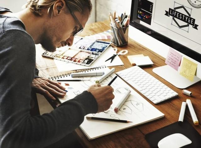 pria kerja dari rumah menggambar dengan spidol di buku