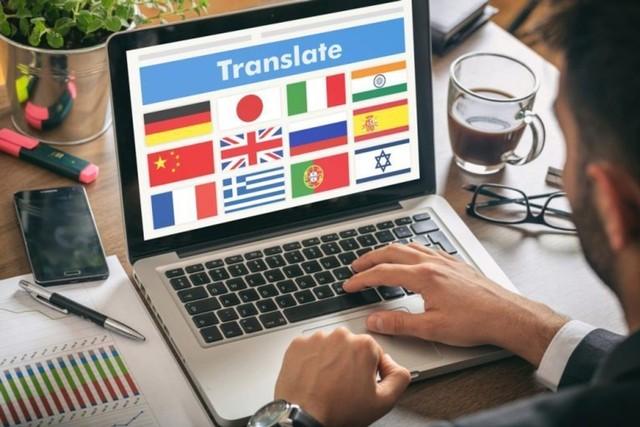 pria kerja dari rumah menerjemahkan bahasa di laptop