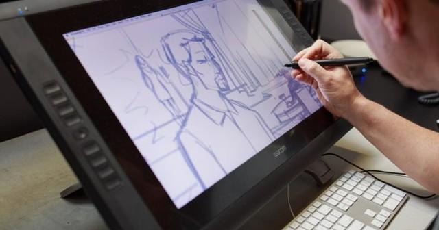 pria kerja dari rumah menggambar animasi di tablet