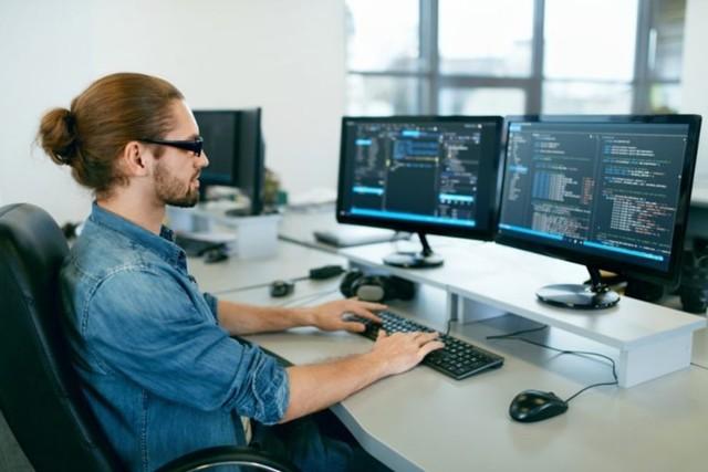 pria kerja dari rumah menjadi programmer