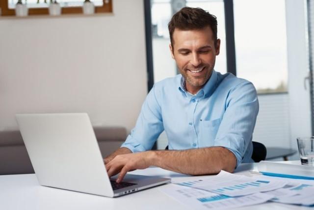 pria kerja dari rumah melakukan data entry ke laptop