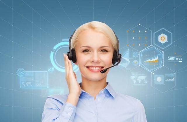 perempuan dengan headphone kerja dari rumah menjadi asisten virtual