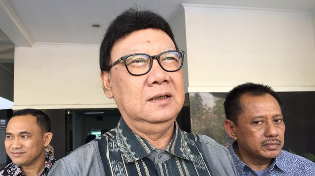 Tjahjo dan Susi Sambangi Walkot Surabaya Risma di RSUD dr Soetomo.