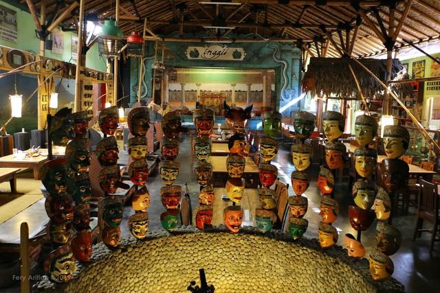 Rumah Makan Inggil, Resto Unik Berpadu Museum Benda Antik (230844)