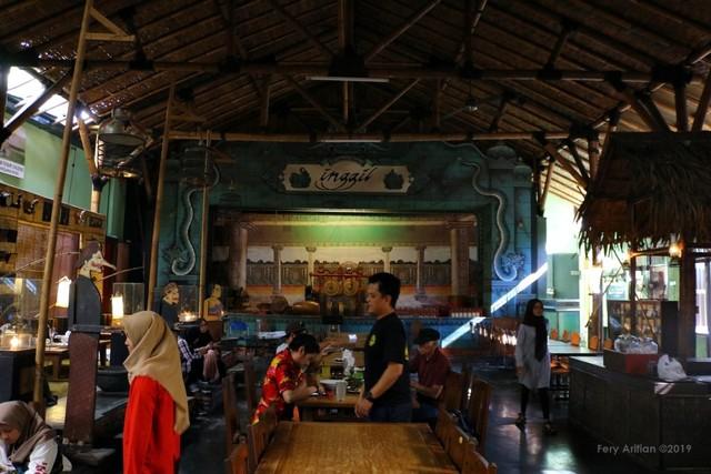 Rumah Makan Inggil, Resto Unik Berpadu Museum Benda Antik (230846)