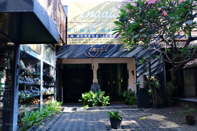 Rumah Makan Inggil, Resto Unik Berpadu Museum Benda Antik (230845)