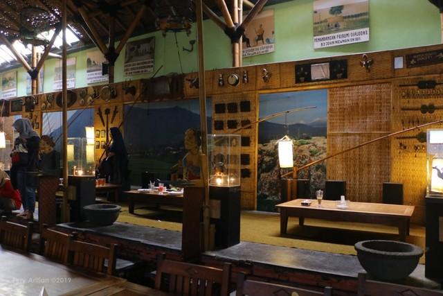 Rumah Makan Inggil, Resto Unik Berpadu Museum Benda Antik (230847)