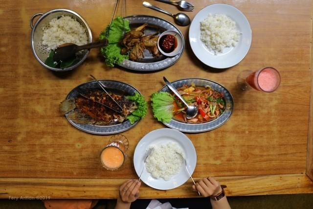 Rumah Makan Inggil, Resto Unik Berpadu Museum Benda Antik (230850)