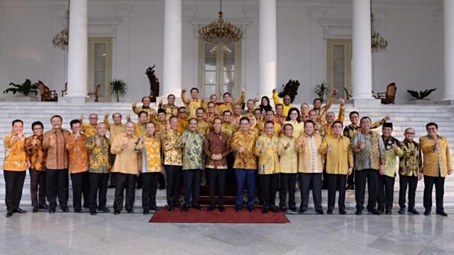 Airlangga dan Pengurus Golkar berfoto bersama Presiden Jokowi