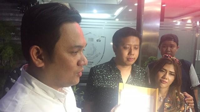 Rey Utami dan Pablo Benua ditemani Farhat Abbas di Direskrimsus Polda Metro Jaya