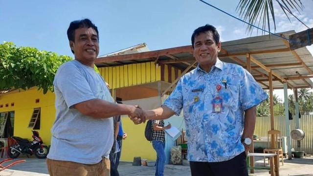Kepala Dinas Kelautan dan Perikanan (DKP) Sulteng Dr Hasanuddin Atjo, saat berjabat tangan dengan salah seorang penyintas bencana Sigi yang tergabung dalam kelompok Budidaya Ikan Air Tawar di Kabupaten Sigi.