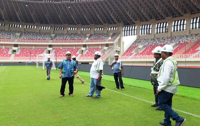 Para anggota Komisi V DPRP saat melihat langsung lapangan di dalam Stadion Utama Papua Bangkit di Kabupaten Jayapura-Foto Imelda.jpg