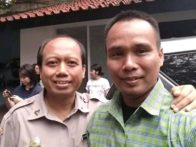 Sutopo (kiri), Kapusdatin BNPB, bersama Ari (kanan), driver kumparan.com