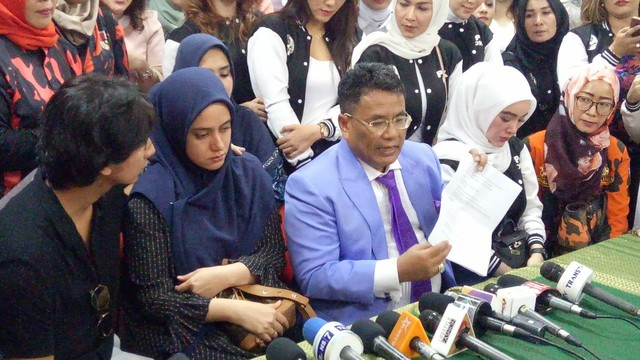 Sonny Septian, Fairuz A Rafiq dan Hotman Paris Hutapea menggelar konferensi pers di Komnas Perempuan.