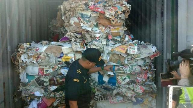 Sampah impor di Pelabuhan Tanjung Perak