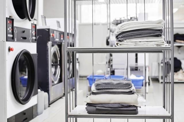 pakaian setelah dry cleaning ditumpuk di rak laundry