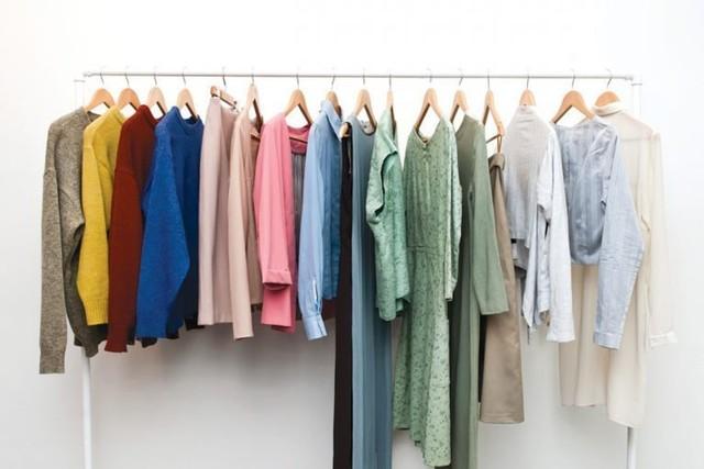 pakaian warna-warni digantung untuk dipilih dry cleaning