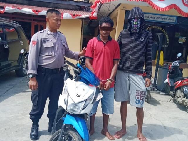 Salah satu pelaku pencuri moto bersama barang buktinya yang ditangkap polisi-Foto dok Humas Polres Jayapura Kota.jpg