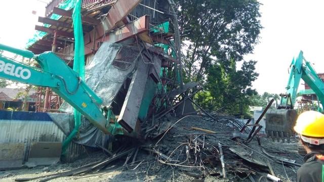 Tiang beton proyek Tol BORR ambruk