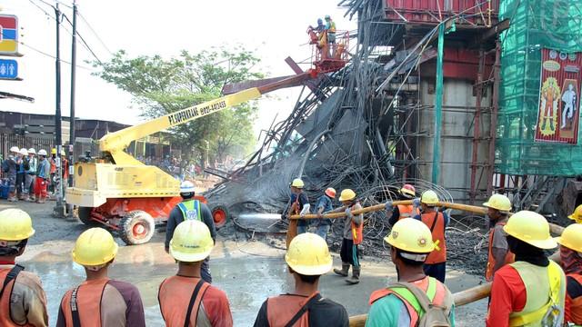 Sejumlah pekerja membersihkan material  tiang penyangga yang ambruk di proyek pembangunan Tol Bogor Outer Ring Road (BORR) Seksi IIIA, Kelurahan Cibadak, Tanah Sareal, Kota Bogor, Jawa Barat.