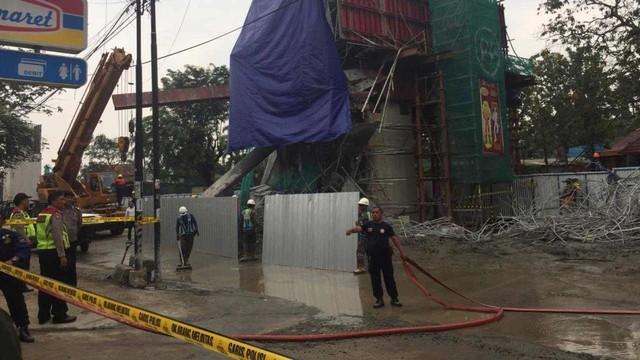 Garis Polisi Dipasang di Lokasi Ambruknya Tiang Beton Tol BORR (48398)