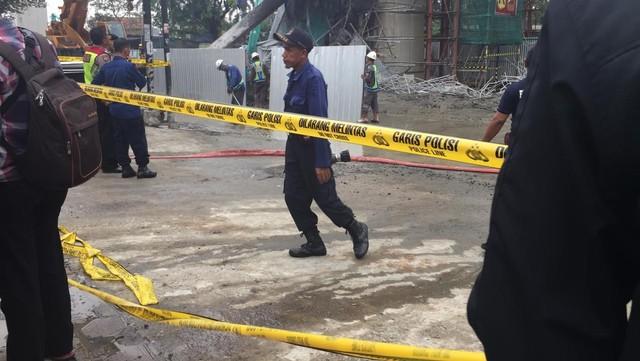 Petugas mulai pasang pembatas jalan di sisi-sisi penyangga tiang tol BORR yang ambruk