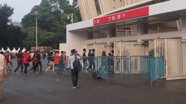 Pintu Jebol, Penonton berlarian masuk stadion.