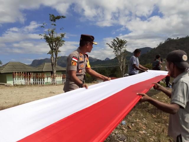 Merah Putih Sepanjang 1.773 Meter Terbentang di Batas Negara RI - RDTL (128168)