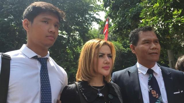 Kumalasari tiba di Polda Metro Jaya bersama tim pengacara.