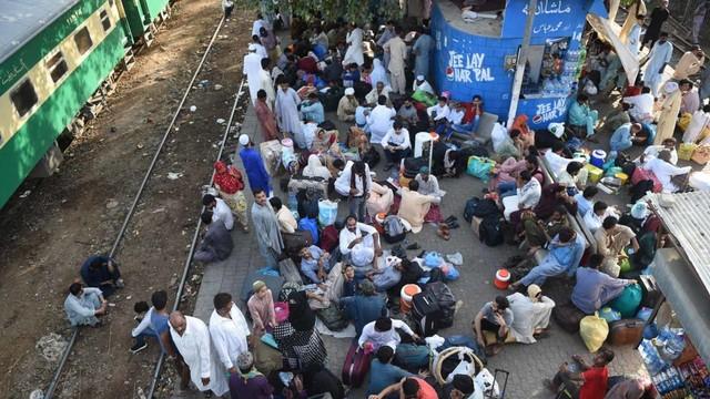 Warga Pakistan menunggu kereta