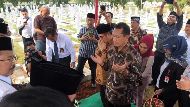 Pemakaman Mantan Hakim MK AHmad Syariffudin Natabaya di TMP Kalibata