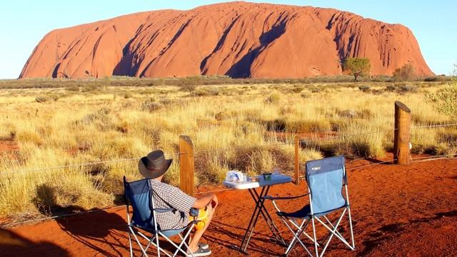 Ilustrasi berkemah di Uluru-Kata Tjuta National Park