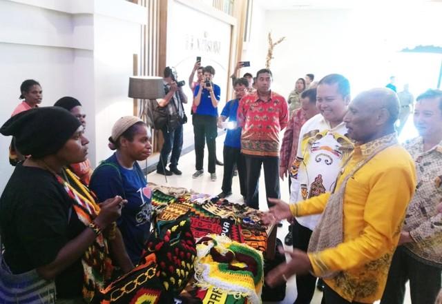 Walikota Jayapura Benhur Tomi Mano saat melihat kerajinan tangan tas noken dalam peresmian Hotel Horison Kotaraja di Kota Jayapura-Foto Pratiwi.jpg
