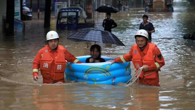 77.000 Warga China Dievakuasi karena Hujan Deras dan Banjir (269450)