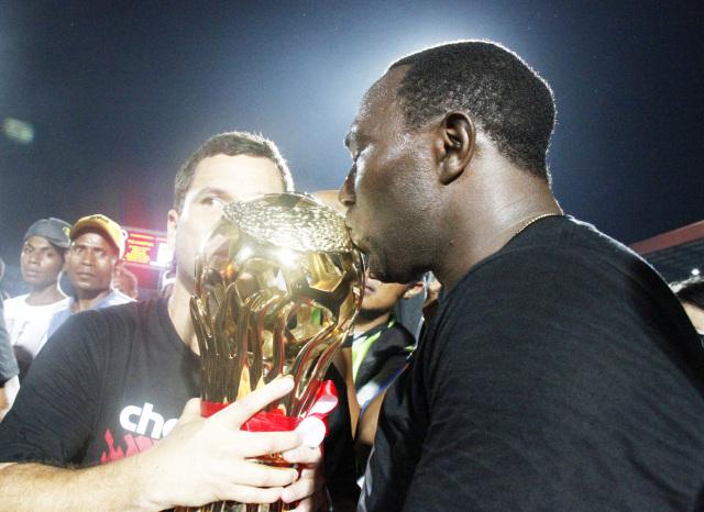 Jacksen F. Tiago saat mencium tropi piala Persipura sebagai juara pertama di musim 2011 Liga Indonesia-Foto Lazore.jpg