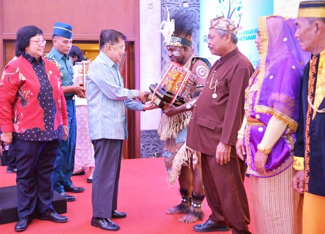 Saat Lukas Awiman Barayap, asal Kabupaten Manokwari, Papua Barat terima penghargaan Kalpataru 2019 dari Wapres RI Jusuf Kalla di Jakarta-Foto dok Pemkab Manokwari.jpg
