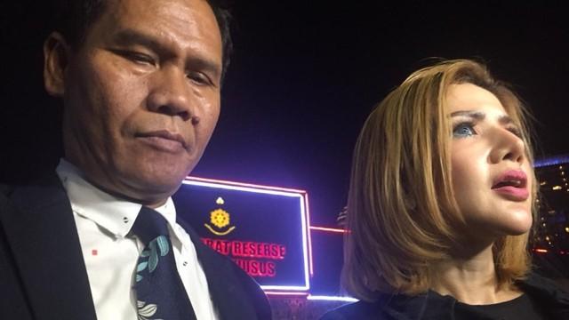 Kumalasari dan pengacaranya Rihat Hutabarat di Polda Metro Jaya,