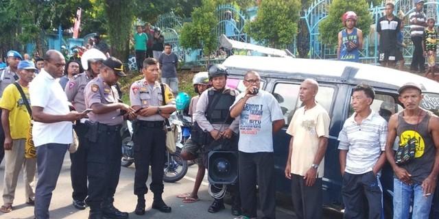 warga palang jalan Dok IX.jpg