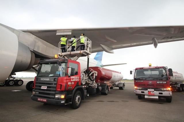 com-Pengisian bahan bakar Avtur oleh Pertamina