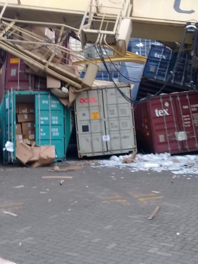 (NOT COVER) Kapal peti kemas menabrak container crane, Pelabuhan Tanjung Mas, Semarang, Jawa Tengah