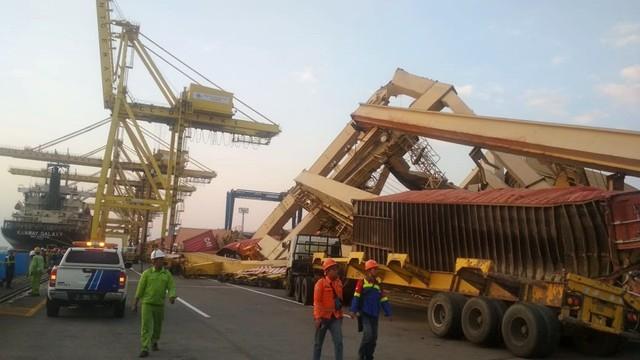 Kapal peti kemas menabrak container crane, Pelabuhan Tanjung Mas, Semarang, Jawa Tengah