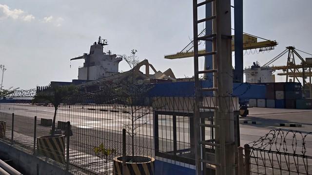 Bangkai Container Crane yang ambruk ditabrak kapal MV Soul of Luck