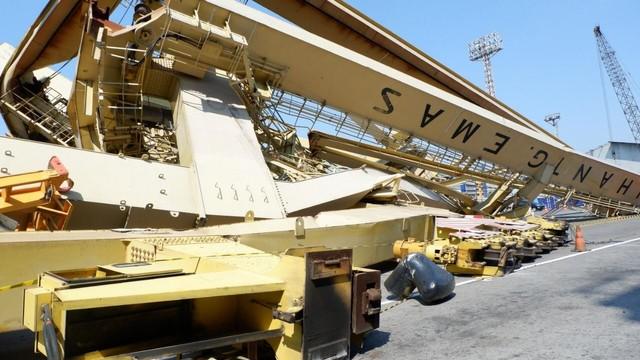 Bangkai crane, ditabrak Kapal MV Soul of Luck masih berada di dermaga TPKS Pelabuhan Tanjung Emas Semarang