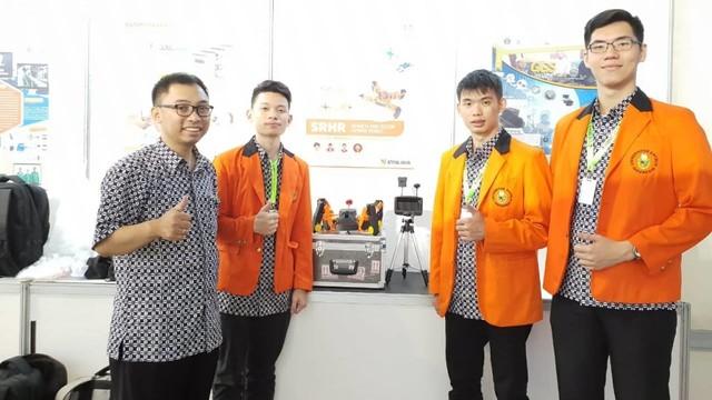 Tim mahasiswa Unika Atma Jaya dan dosennya (kiri).