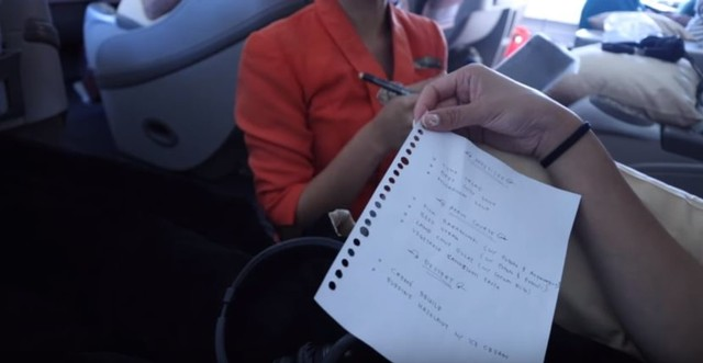 Potongan video klarifikasi Rius Vernandes terkait lembar menu yang ditulis di secarik kertas